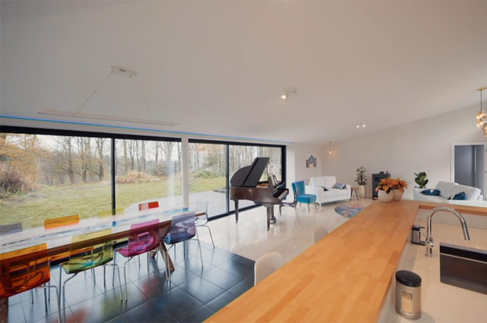 The large glass panels of the SVG30 fill the house full of light and warmth